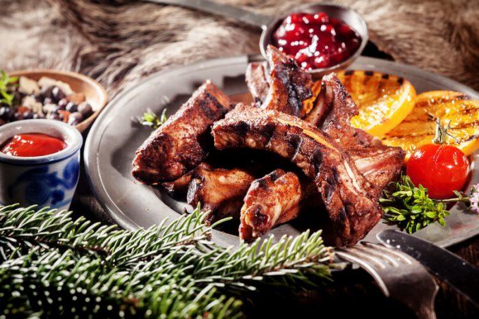 wild zwijn rack op de barbecue